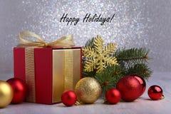 De giften van Kerstmis De Kerstmisdecoratie met stelt en rode bal met spartakken voor stock afbeeldingen