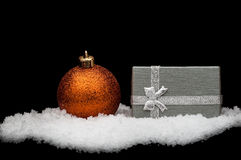 De giften van Kerstmis, met ballen Stock Afbeeldingen