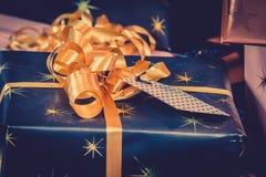 De giften van Kerstmis met gouden lint Stock Afbeelding