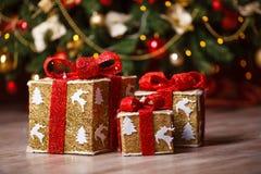 De giften van Kerstmis onder de boom royalty-vrije stock afbeelding