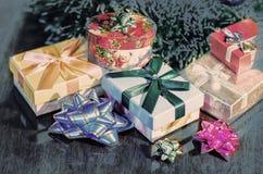 De Giften van Kerstmis onder Boom De illustratie van de vakantie Stock Fotografie