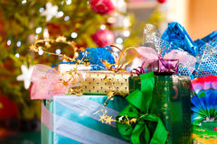 De giften van Kerstmis onder Kerstmisboom Royalty-vrije Stock Afbeelding