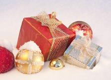 De giften van Kerstmis op sneeuw royalty-vrije stock foto's