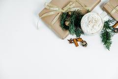 De giften van Kerstmis op witte achtergrond Vlak leg, hoogste mening, ruimtef Stock Afbeeldingen