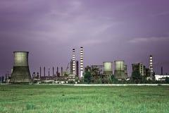 De giftige industrie - industriële olieraffinaderij Stock Foto