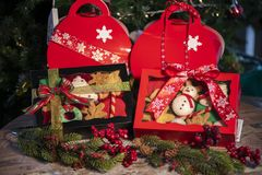 De giftvakjes van Kerstmiskoekjes met Kerstmisboom op houten lijst stock foto's