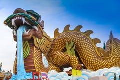 De gigantische Chinese draak in de stad van China, op blauwe hemel Royalty-vrije Stock Afbeeldingen