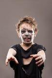 De gillende lopende dode jongen van het zombiekind Stock Afbeeldingen