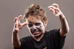 De gillende lopende dode jongen van het zombiekind Stock Foto's