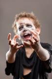 De gillende lopende dode jongen van het zombiekind Royalty-vrije Stock Afbeeldingen