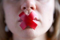 De girlï¿ ½ s mond wordt verzegeld met band royalty-vrije stock afbeelding