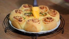 De gist rolt broodjes met parmezaanse kaaskaas Borstelbroodjes met een smeltende boter en een dille stock video