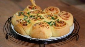 De gist rolt broodjes met parmezaanse kaaskaas Borstelbroodjes met een smeltende boter en een dille stock videobeelden