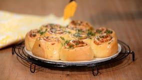 De gist rolt broodjes met parmezaanse kaaskaas Borstelbroodjes met een smeltende boter en een dille stock footage