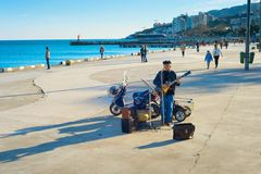 De gitaar busker Yalta van de promenademusicus royalty-vrije stock afbeeldingen