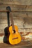 De gitaar van blauw de oude houten muur Stock Afbeeldingen