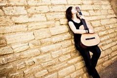De gitaar van de de kunstenaarsholding van de straat Royalty-vrije Stock Fotografie