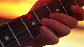 De gitaar van het mensenclose-up elektrische het spelen rots bij stock video