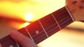 De gitaar van het mensenclose-up elektrische het spelen rots bij stock videobeelden