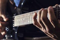 De gitaar van mensenspelen Royalty-vrije Stock Afbeeldingen