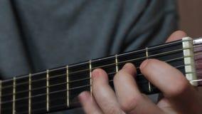 De gitaar van mensenspelen, zijn vingers stock video