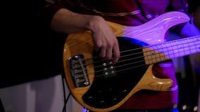 De gitarist - musicus het spelen in nachtclub - sluit omhoog mening stock videobeelden