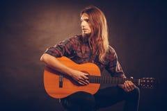 De gitarist speelt de gitaar Royalty-vrije Stock Foto's
