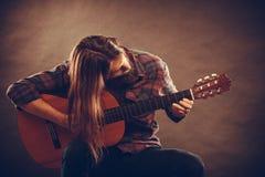 De gitarist speelt de gitaar Royalty-vrije Stock Foto