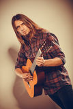 De gitarist speelt de gitaar Stock Foto