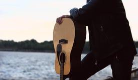 De gitaristcomponist van de gitaarmuziek royalty-vrije stock foto