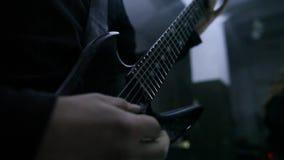 De gitaristen spelen solo in repetitie stock video