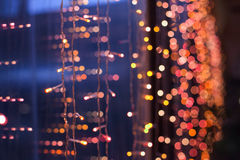 De glänsande julgirlanderna på en träbakgrund Royaltyfria Foton