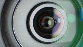 De glans op videocameralens, die gezoem tonen, sluit omhoog stock video