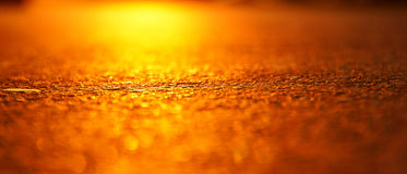 De glans van de hete zon op het hete asfalt Stock Foto