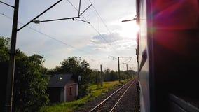 De glans van de zon van het venster van de passagierstrein De mening van het venster van de auto, bus, trein Reis stock video