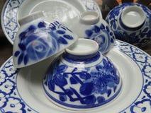 De glanzend blauw en wit fijn kom van China en plaatvaatwerk Royalty-vrije Stock Foto