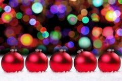 De glanzende Rode Bollen van Kerstmis en Mooie Lichten Royalty-vrije Stock Foto