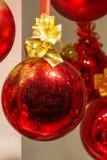 De glanzende rode Kerstmissnuisterij met goud schittert Stock Fotografie