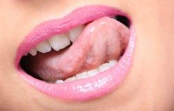 De glanzende roze lippen van de jonge vrouw Stock Foto