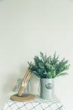 De glaskom met een houten lepel, zette een valse boom in de kleine blikken, oude keuken Stock Afbeelding