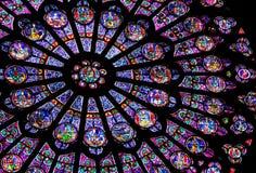 de glass贵妇人notre巴黎被弄脏的视窗 库存图片