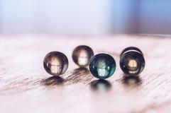 De glass bollarna på tabellen Glass pärlor för makro Royaltyfri Fotografi