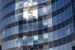 De glasvoorgevel van het gebouw Stock Foto's