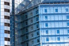 De glasvoorgevel van het gebouw Stock Afbeeldingen