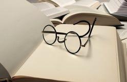 De Glazen en de Boeken van de lezing royalty-vrije stock foto's