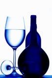 De glazen en de flessen van de wijn Royalty-vrije Stock Afbeeldingen