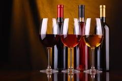 De glazen en de flessen van de wijn Royalty-vrije Stock Fotografie