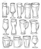 De glazen en de mokken van het bier De schetsreeks bierglazen en de mokken in inkt overhandigen getrokken stijl Stock Afbeelding