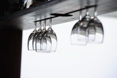 De glazen hangen omhoog kant neer in de strandvoorzijde Royalty-vrije Stock Foto