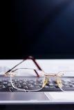 De glazen leggen op het toetsenbord royalty-vrije stock afbeeldingen